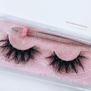 The best Lashes with free tweezer, great buy!
